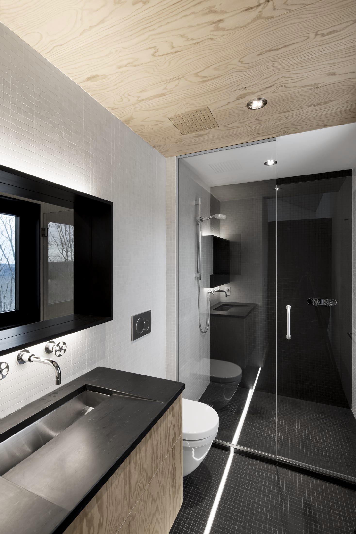 Therese knutsen inspired by - Salle de bain noir et bois ...